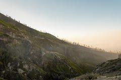 Kawah伊真火山火山口, JAVA印度尼西亚 免版税库存照片