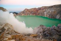 Kawah伊真火山火山的火山口在早晨黎明, Java,印度尼西亚 库存照片
