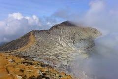 Kawah伊真火山活跃volanic火山口峰顶在东爪哇省 库存图片