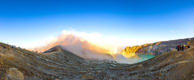 Kawah在全景ijen硫磺火山火山口旅游视图视域 图库摄影