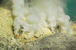 Kawah ijen,印度尼西亚- 2010年10月16日:硫磺采矿 免版税库存图片