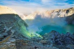 Kawah Ijen, кисловочное озеро и сера минирует в кратере вулкана Ijen, стоковая фотография rf
