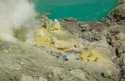 Kawah ijen, l'Indonesia - 16 ottobre 2010: Estrazione mineraria non identificata della gente Fotografia Stock