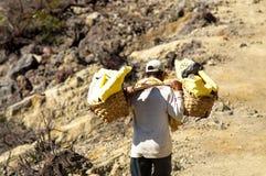 Kawah Ijen, lavoratori indonesiani porta lo zolfo dal cratere Kawah Fotografie Stock Libere da Diritti