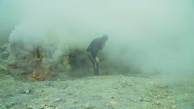Kawah Ijen, Powulkaniczny krater, dokąd siarka minuje zbiory