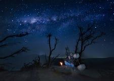Kawah Ijen siarczany górnik odpoczywa pod drzewem po kończyć jego górnicze aktywność dla Zdjęcia Stock