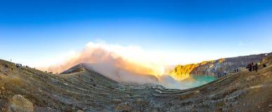 Kawah ijen touristischen Ansichtanblick des Schwefelvulkankraters im Panorama stockfotografie