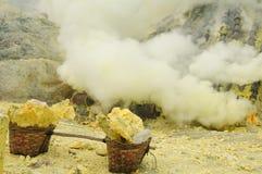 Kawah Ijen - trate o vulcano, Indonésia, Jawa do leste Fotografia de Stock Royalty Free
