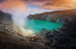 Kawah Ijen wulkan z zielonym jeziorem na niebieskiego nieba tle przy mor Obrazy Royalty Free