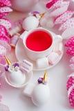 Kawaii tebjudningbegrepp - parfymerat te i den vita koppen, dekorerade enhörningägg, moderiktig modern closeup för easter feriefr arkivfoto