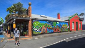 Kawakawa, Νέα Ζηλανδία Ζωηρόχρωμες κτήρια και τοιχογραφία στοκ φωτογραφία
