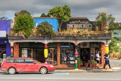Kawakawa, Nueva Zelanda Arquitectura peculiar en la calle principal fotos de archivo