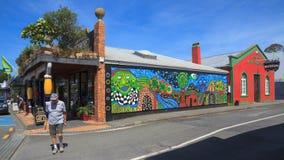 Kawakawa, Nueva Zelanda Edificios y mural coloridos fotografía de archivo