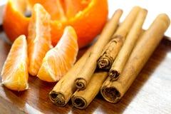 kawałków kije cynamonowi pomarańczowi Zdjęcia Royalty Free