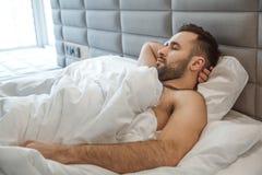 Kawalera mężczyzna dziennej rutyny stylu życia ranku pojęcia pojedynczy marzyć obraz royalty free