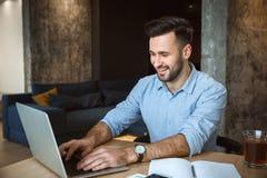 Kawalera mężczyzna dzienny rutynowy działanie od domu stylu życia pojedynczego pojęcia pisać na maszynie na laptopie fotografia stock
