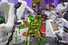 Kawasaki-de visie van het robotwapen inspecteert assemblagedeel stock foto