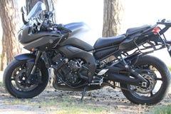 Kawasaki-motorfiets in de schaduw op een helder Zonnig dagclose-up Stock Foto's