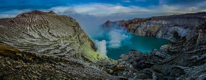 KAWEH伊真火山,印度尼西亚:有粗砺的山峭壁的火山的火山口湖,巨大自然概念壮观的概要 免版税图库摄影