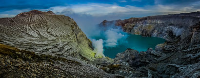 KAWEH IJEN, INDONÉSIE : Aperçu spectaculaire de lac volcanique de cratère avec les falaises rugueuses de montagne, grand concept  Photographie stock libre de droits