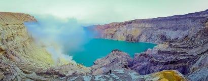 KAWEH IJEN, INDONESIEN: Großartiger Überblick über vulkanischen Kratersee mit schönem blauem Himmel, Touristen sichtbar in stockfoto