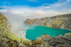 KAWEH IJEN, INDONESIEN: Großartiger Überblick über vulkanischen Kratersee mit schönem blauem Himmel, Touristen sichtbar in stockfotografie