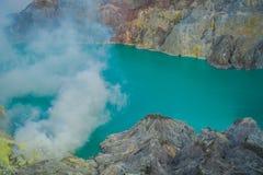 KAWEH IJEN, INDONESIEN: Großartiger Überblick über vulkanischen Kratersee mit schönem blauem Himmel, Touristen sichtbar in stockbilder