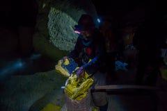 KAWEH IJEN, INDONEZJA - 3 MARZEC, 2017: Obsługuje być ubranym reflektor pracuje w siarki kopalni, ekstrahujące żółte kopalin skał Zdjęcia Royalty Free