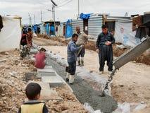 05 2017, Kawergosk, Iraque : Refugiados que constroem a infraestrutura no norther Iraque fotografia de stock