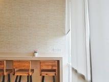 Kawiarni ściany stół i flowerpot na górze stołu i drewnianego krzesło dowcipu obrazy stock