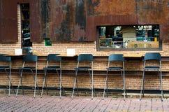 Kawiarni krzesła przeciw ściana z cegieł Zdjęcie Stock