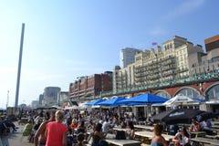 Kawiarnia i bar relaksujemy miejsce blisko obserwacji wierza British Airways i360 w Brighton obrazy stock