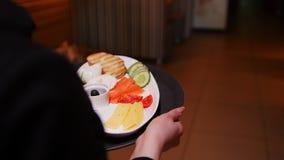 Kawiarnia Kelnerów komesi para i przynoszą one ich rozkaz zbiory