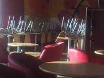 kawiarnia przewodniczy stoły Zdjęcie Royalty Free