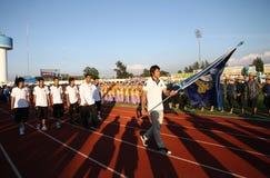 Kawin Thamsatchanan von Thailand eine Flagge von Rattana Bundit Universität in den 40. Thailand-Hochschulspielen anhalten Lizenzfreies Stockfoto