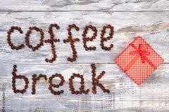 Kawowa fasola i czerwieni pudełko Zdjęcie Royalty Free
