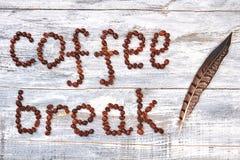 Kawowa fasola i piórko Zdjęcie Royalty Free