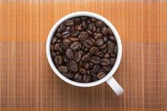 Kawowa fasola w filiżance Zdjęcie Stock