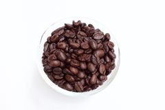 Kawowa fasola w pucharze na białym tle zdjęcie stock