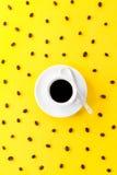 Kawowa kawa espresso w małej białej ceramicznej filiżance z wiele kawowa fasola Fotografia Stock