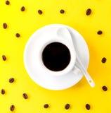 Kawowa kawa espresso w małej białej ceramicznej filiżance z wiele kawowa fasola Zdjęcie Royalty Free
