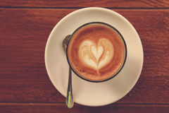 Kawowa latte sztuka na drewnianej teksturze obraz royalty free