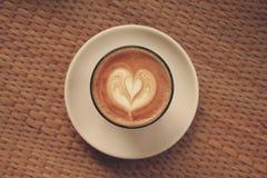 Kawowa latte sztuka na drewnianej teksturze obraz stock