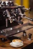 Kawowa maszyna i cappuccino zdjęcia royalty free