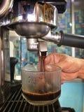 Kawowa maszyna i gorąca kawa espresso Zdjęcia Royalty Free