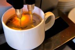 Kawowa maszyna robi świeżej filiżance expresso Zdjęcia Stock