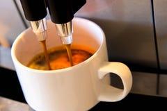 Kawowa maszyna robi świeżej filiżance expresso Obrazy Royalty Free