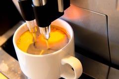 Kawowa maszyna robi świeżej filiżance expresso Zdjęcie Royalty Free