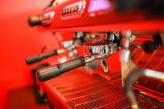 Kawowa maszyna robi dwa kawie na czerwonym tle fotografia royalty free