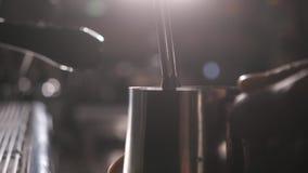 Kawowa maszyna w sklep z kawą Zamyka w górę strzału zdjęcie wideo